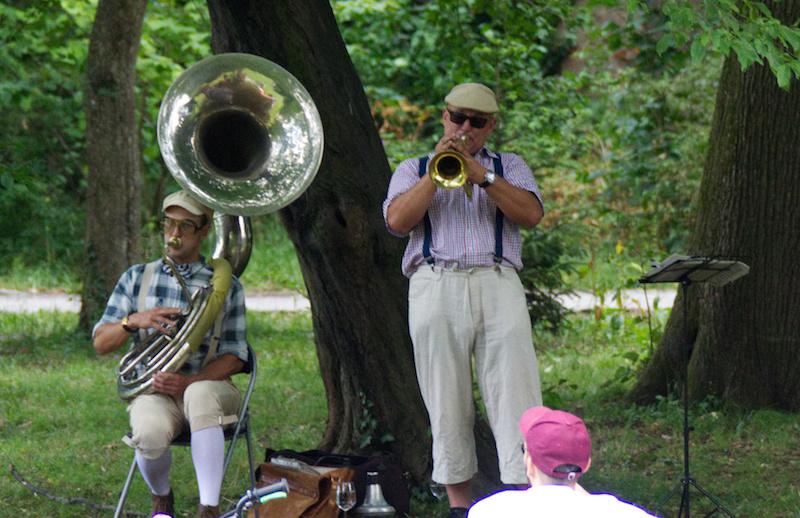 Zwei Männer spielen Jazz im Schlosspark von Eggenberg