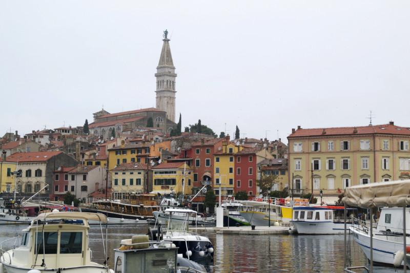Grauer Himmel über dem Hafen von Rovinj