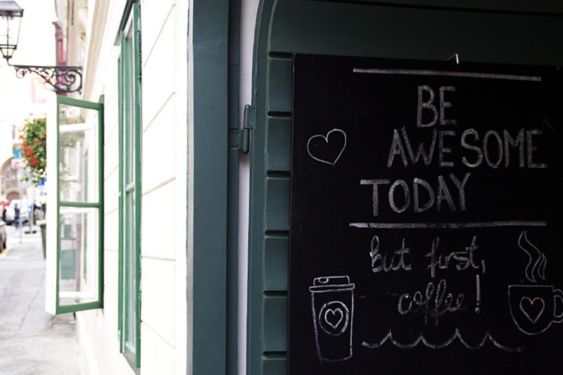 Schild in Zagreb mit der Aufschrift: Be Awesome Today, but first coffee!