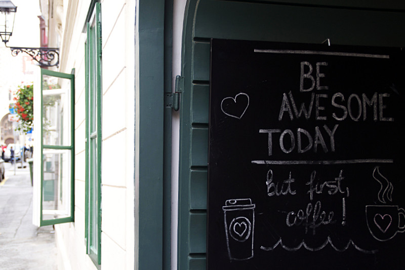 Schild in Zagreb mit der Aufschrift: Be Awesome Today, but first coffee!
