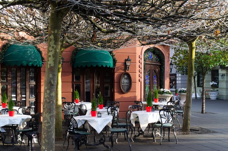 Früh morgens stehen bereits die Tische vor dem Café in Alt Berlin bereit - Gäste sind noch keine zu sehen