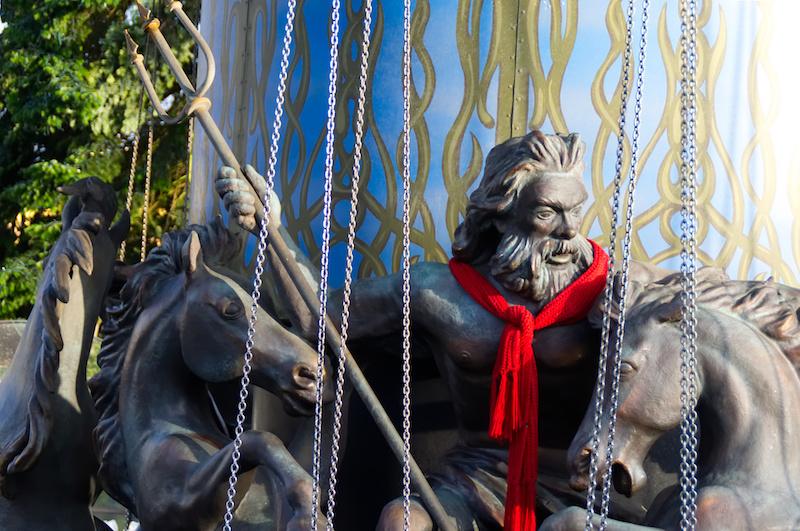 Die Neptun-Figur am Kettenkarussell trägt zum Wintertraum passend einen roten Schal