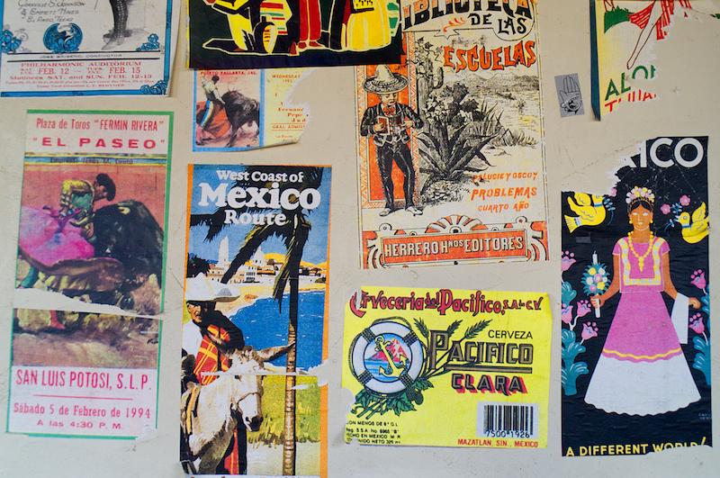 Mexikanische Werbeplakate im entsprechenden Themenbereich im Phantasialand