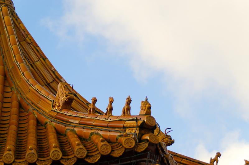 Goldgelbes chinesisches Dach mit Drachenfiguren im Phantasialand