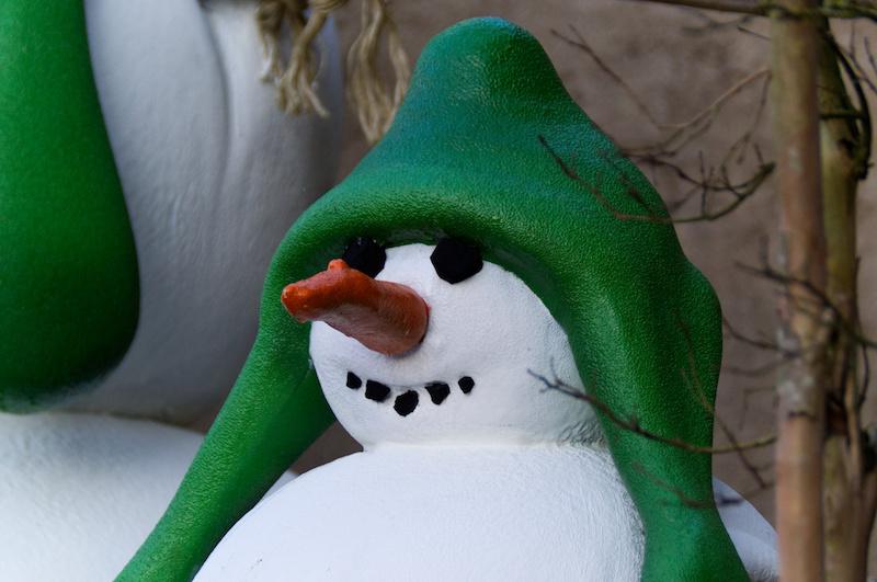 Schneemann-Figur mit grüner Mütze