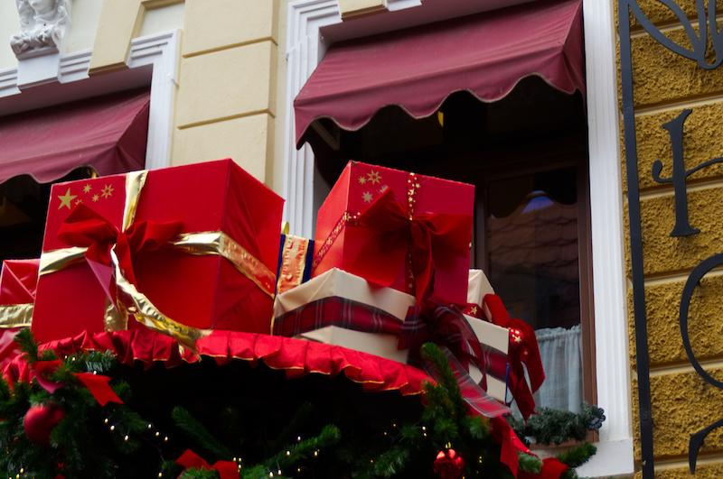 Rot-verpackte Geschenke als Dekoration in Alt Berlin im Phantasialand
