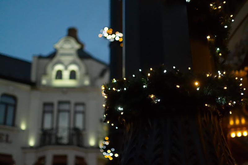 Lichterkette an einer Säule in Alt Berlin im Phantasialand