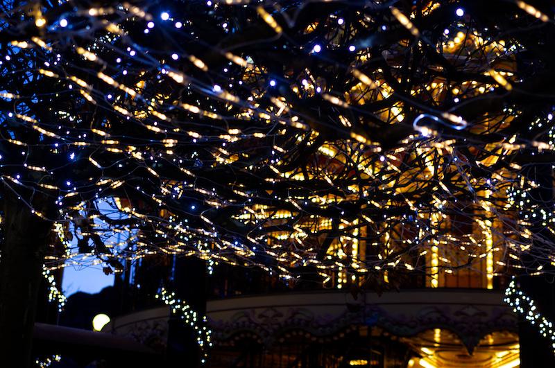 Lichterkette und dahinter das beleuchtete Karussell im Phantasialand