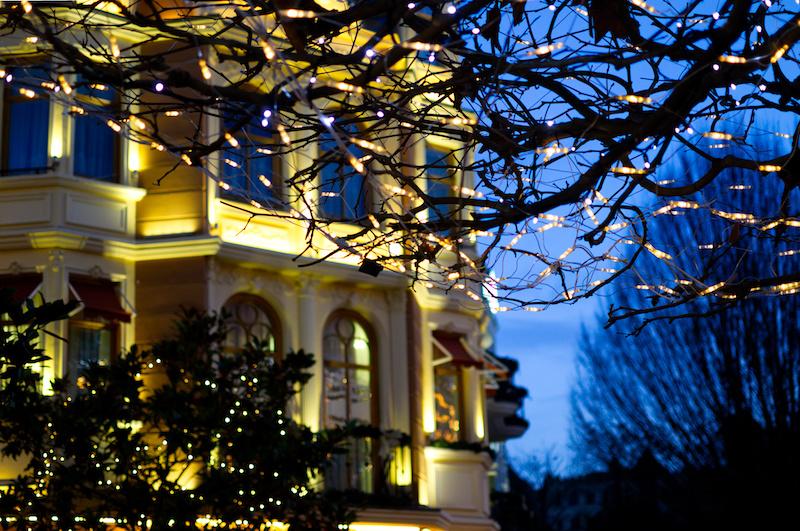 Lichterkette im Geäst eines Baumes in Alt Berlin im Phantasialand