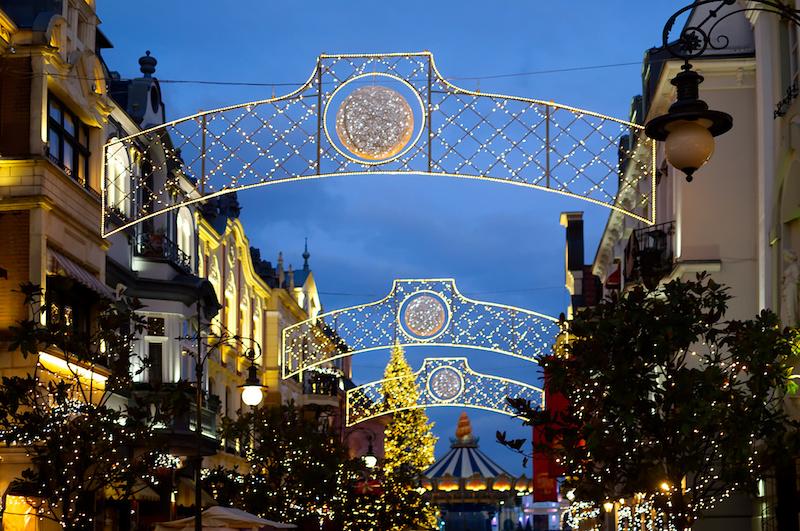 Weihnachtsbeleuchtung über der Straße von Alt Berlin im Phantasialand