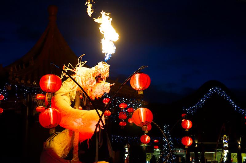 Feuer-speiende Drachen-Skultpur im China-Themenbereich des Phantasialands