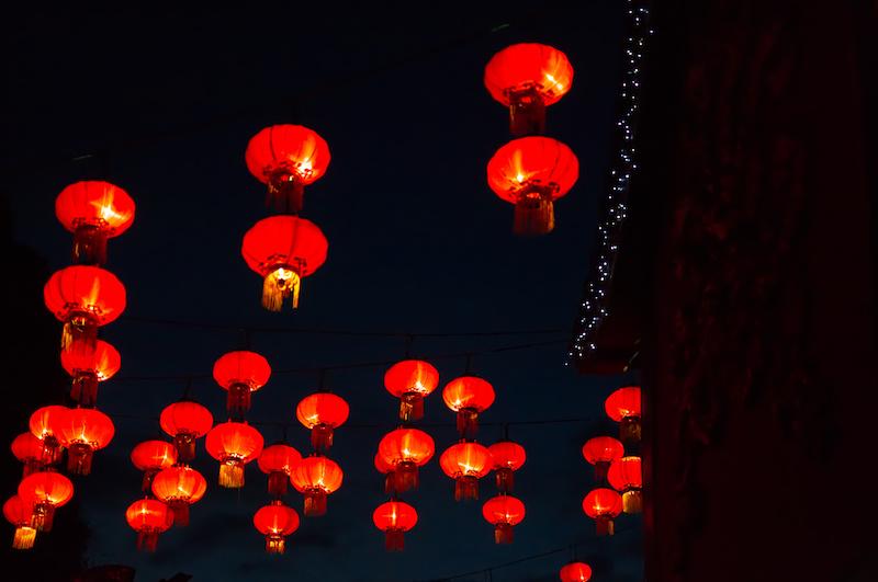 Rote chinesische Lampions im Phantasialand am Abend