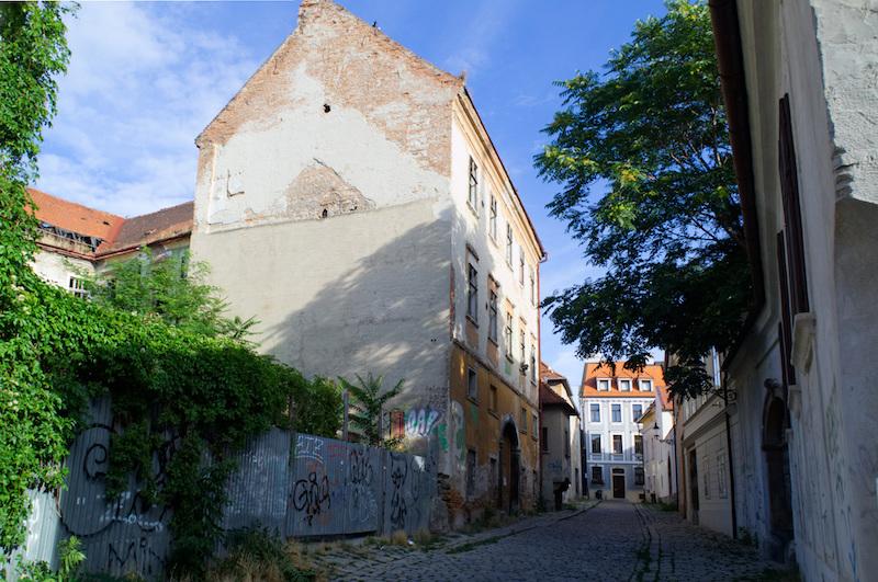 Charmant heruntergekommene Häuser in einer Gasse von Bratislava