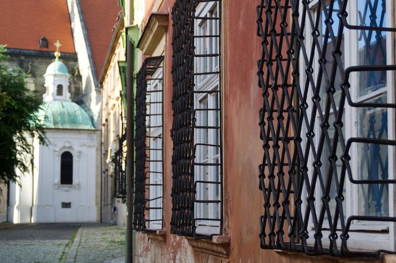 Kunstvoll vergitterte Fenster in der Altstadt von Bratislava
