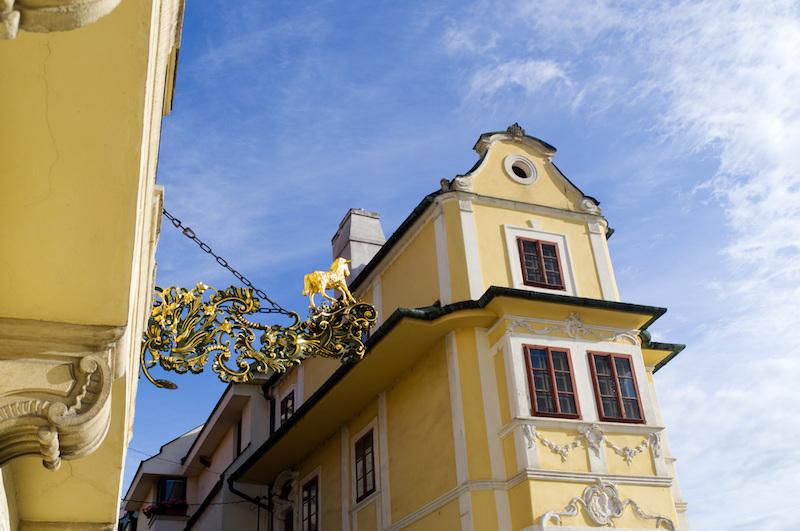 Zwei goldgelbe alte Häuser