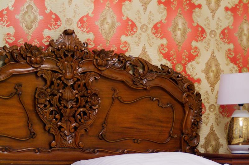 Kunstvoll verziertes Kopfende eines Bettes