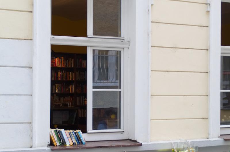Bücher stehen auf dem Fensterbrett eines kleinen Buchgeschäftes in der Altstadt