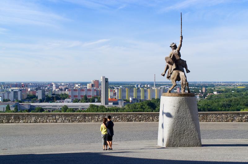 Reiterstandbild vor der Burg von Bratislava, in der Ferne Plattenbauten