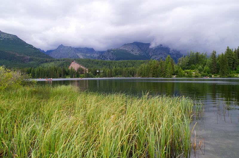 Strbske Pleso: See mit wolkenverhangenen Bergen