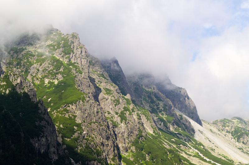 Wolken umspielen eine scharfe Felskante