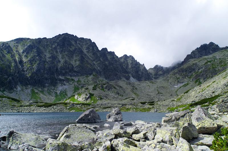Ein Bergsee vor den felsigen Bergrücken der Hohen Tatra