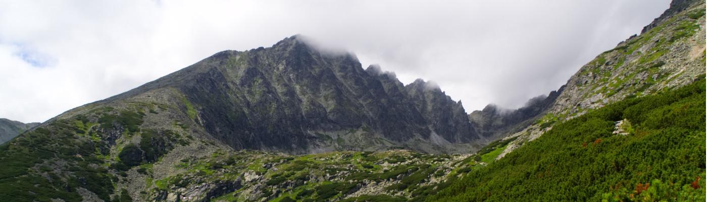 Wolken hängen über den Gipfeln der Hohen Tatra