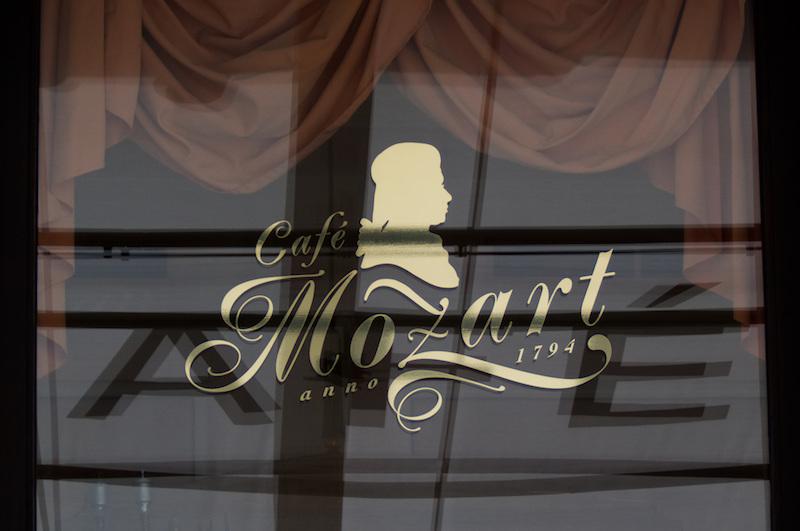 Schaufenster des Café Mozart in Wien
