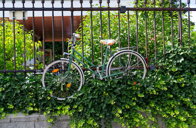 Ein angekettetes Fahrrad