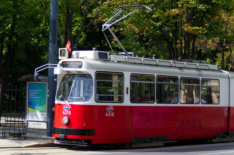 Eine alte rote Straßenbahn in Wien