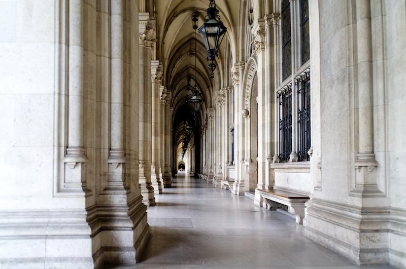 Gotische Säulenhalle vor dem Rathaus von Wien