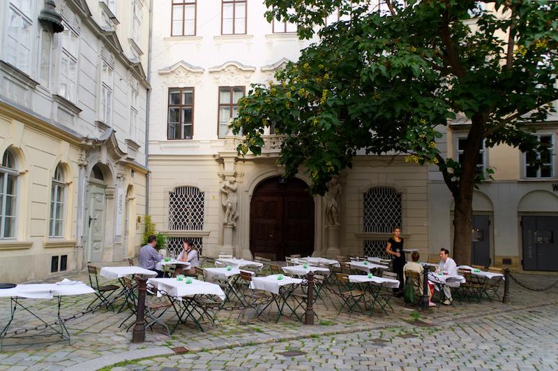 Ein Lokal mit Taschen auf einem kleinen Platz in Wien