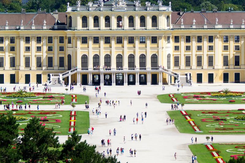 Kleine Menschen vor Schloss Schönbrunn