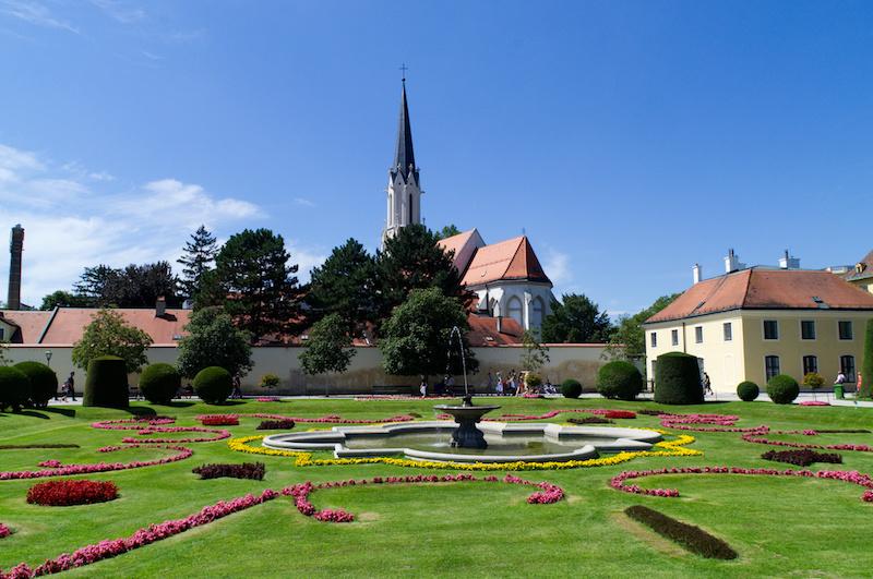 Springbrunnen und Blumenbeet im Schlosspark von Schönbrunn