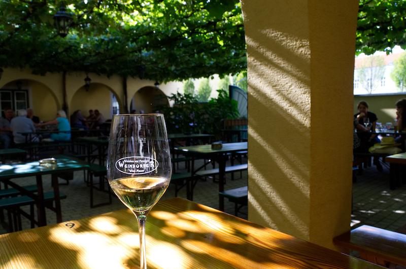 Ein Glas Weißwein in einem Heurigen in Wien