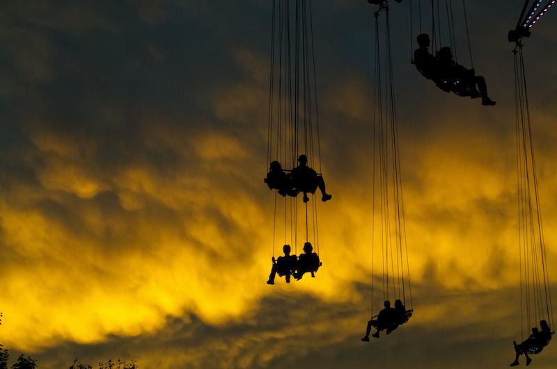 Kettenkarussell im Wiener Prater mit dramatischem Sonnenuntergang