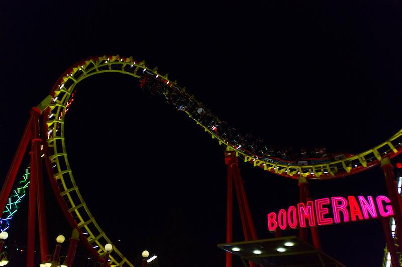 Die Boomerang-Achterbahn im Wiener Prater bei Nacht