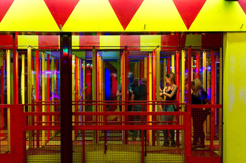 Zwei junge Frauen in einem Spiegellabyrinth