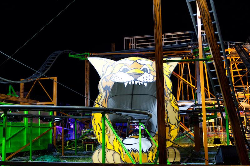 Achterbahn mit Löwenkopf bei Nacht