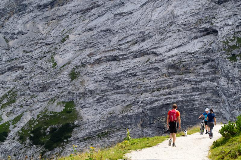 Wanderweg mit Blick auf Steinwand