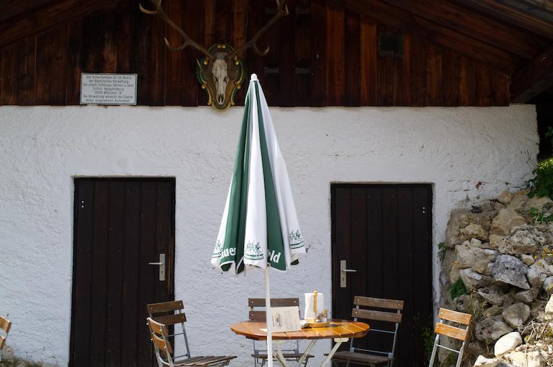 Tisch an der Berghütte am Schachenhaus