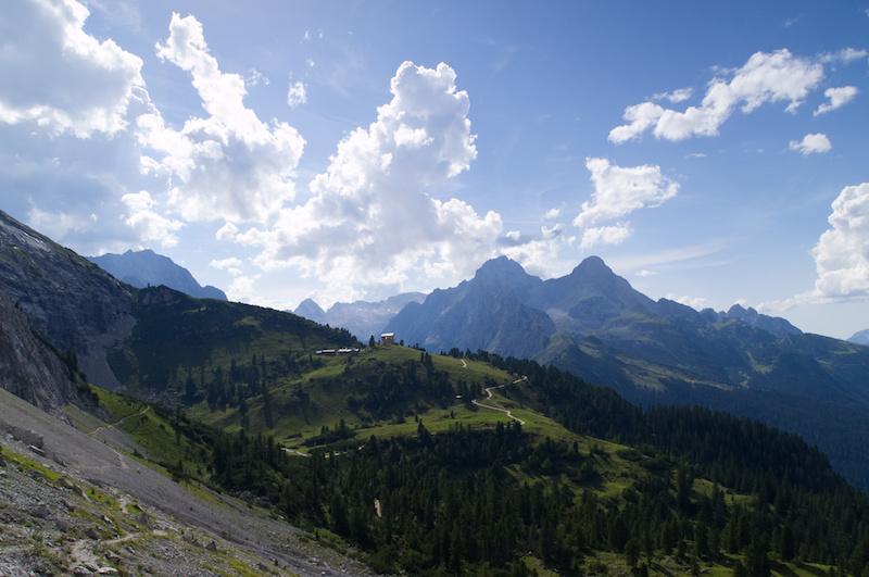Das Schachenhaus überblickt die Alpen bei Garmisch-Partenkirchen