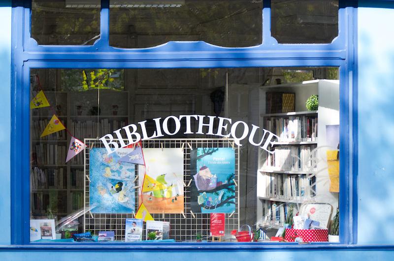 Das Schaufenster einer kleinen Bibliothek in Paris