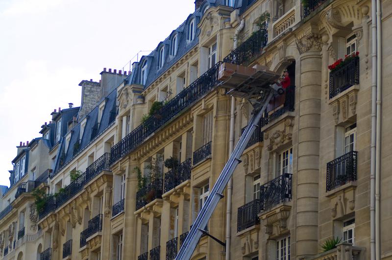 Umzug in Paris mit großem Hub-Wagen