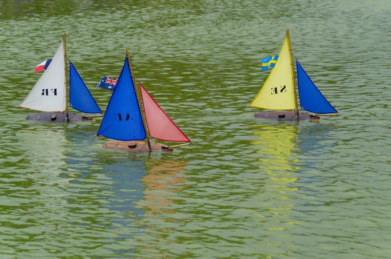 Kleine Seegelboote auf dem Teich im Jardin du Luxembourg