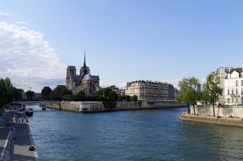 Notre Dame umgeben von der Seine