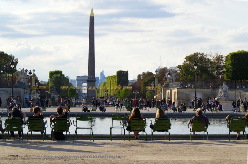 In den Tuilerien mit Blick auf Obelisk und Arc de Triomphe