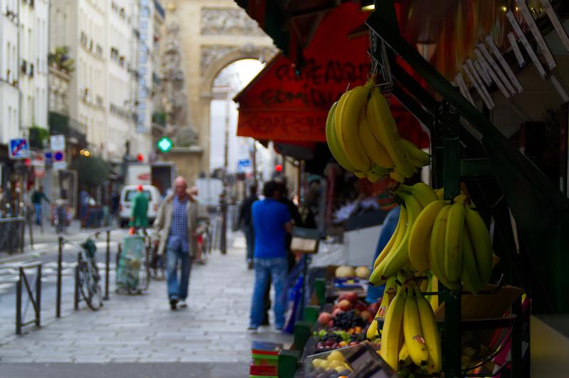 Bananen vor dem Laden eines Gemüsehändlers in Paris