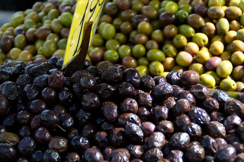 Oliven an einem Marktstand in Athen
