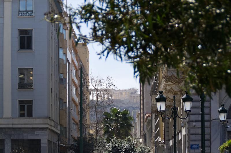 Die Akropolis durch Straßenschluchten gesehen