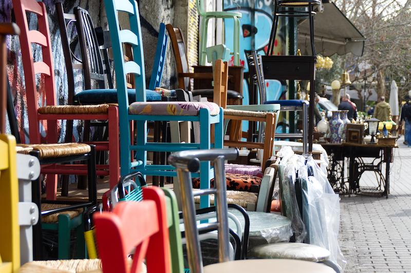 Trödelmarkt mit Stühlen in Athen